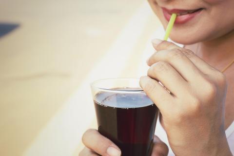 Svenskarna dricker nära 40 sockerbitar i veckan