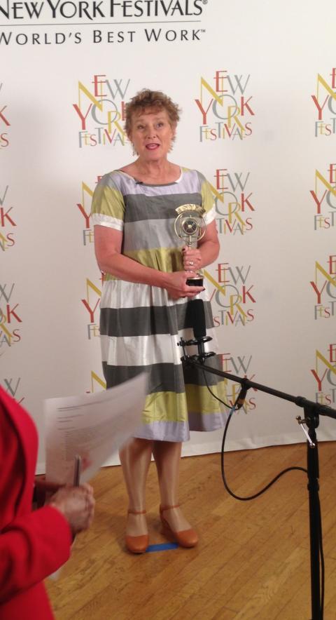 Elin Iskra tar emot Golden Award i New York