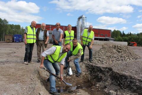 Ekogas styrelse tar det första spadtaget till den nya biogasanläggningen i Forsbacka