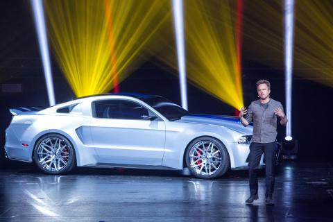 """Hovedrolleinnehaveren i filmen """"Need for Speed"""" Aaron Paul foran spesialmodellen av Ford Mustang som spiller en viktig rolle i filmen."""