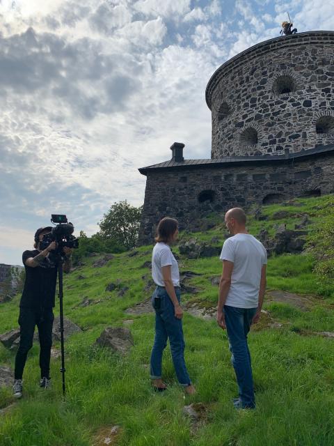 """Ylva Berglund och Håkan Strömberg under inspelningen av """"Hur hamnade vi här? - tio filmer om Göteborgs historia"""". Foto: Emma Backman"""