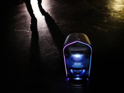 La nueva gama de altavoces EXTRA BASS™ de Sony anima tu fiesta con un sonido potente