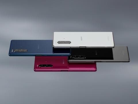 Xperia 5 se pridružuje Sonyjevi seriji paradnih konjev in prinaša ustvarjalno zabavo v elegantnem in kompaktnem dizajnu