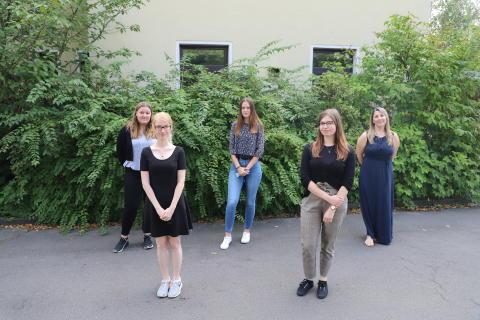 Fünf junge Frauen begannen diesen Montag ihre Ausbildung bei der Hephata Diakonie. Vier der Auszubildenden machen eine Ausbildung zur Kauffrau für Büromanagement. Die fünfte Auszubildende macht eine Ausbildung zur Mediengestalterin Digital und Print.