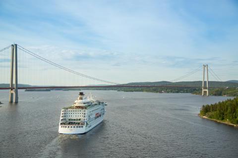 Birka Cruises vid Höga Kustenbron