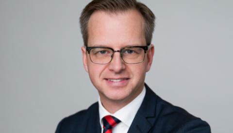Näringsminister Mikael Damberg talar vid öppningen av Jokkmokks marknad