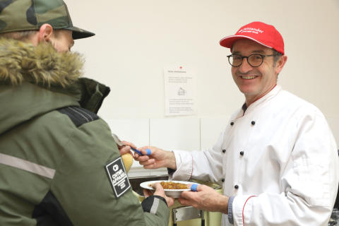 Suppen-Ausschank an der Mönchengladbacher Notunterbringung