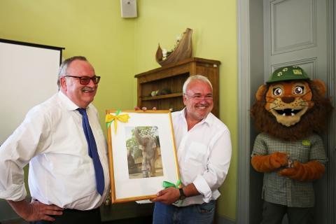 Wolfgang Welter (Krostitzer Brauerei) und Prof. Jörg Junhold (Zoo Leipzig GmbH) freuen sich auf die weitere Zusammenarbeit