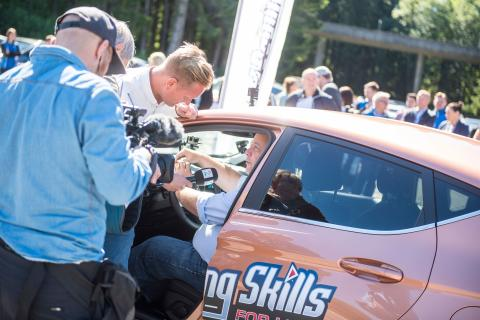Se rallycross-Bakkerud og Frp-Hoksrud kjøre bil og sende SMS  samtidig