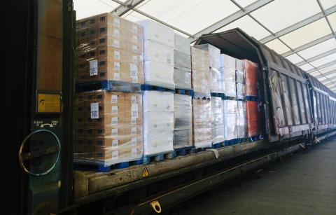Lastning i vagnar ICA använder Volvotågen apr 2020