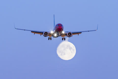 Boeing 737-800 y luna