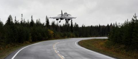 JAS 39 Gripen landar på vägbas på Gotland
