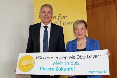 Christoph Henzel, Leiter Kommunalmanagement Bayernwerk, und Regierungspräsidentin Brigitta Brunner haben Bürgerinnen und Bürger in Oberbayern zur Teilnahme am Bürgerenergiepreis aufgerufen.