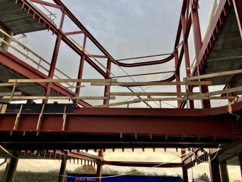 Stålkonstruktionerne, som danner ramme om aulaen og gangbroerne mellem nord og syd