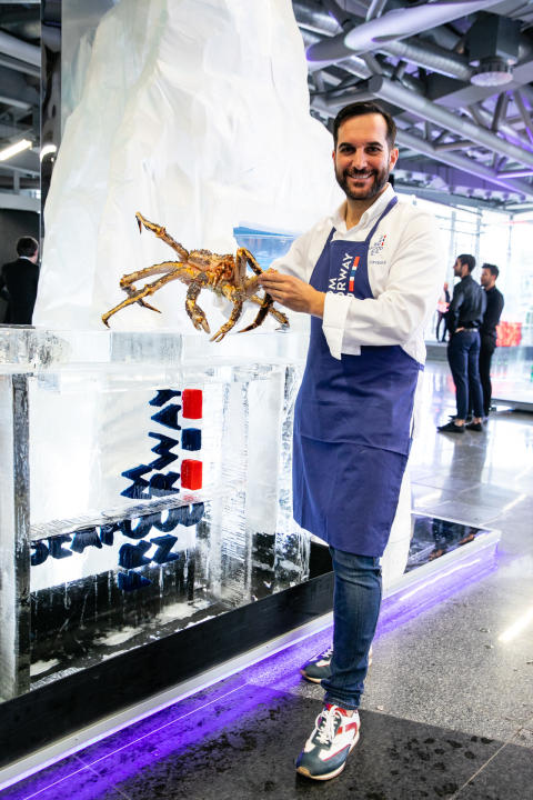 Mario Sandoval med norsk kongekrabbe under World's 50 best restaurants i Bilbao