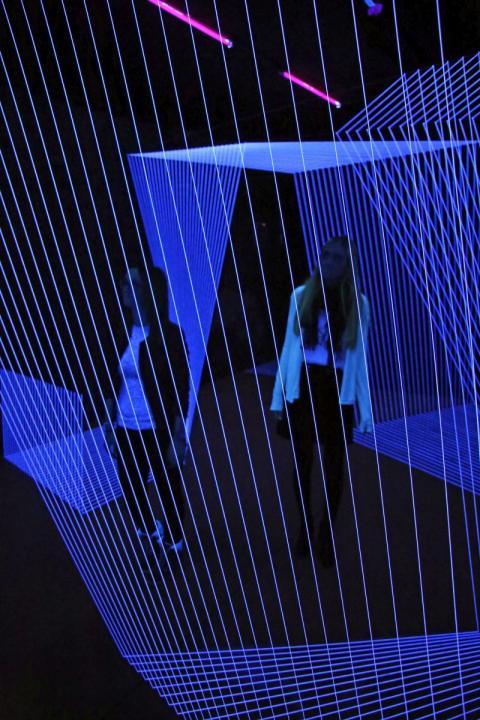 """""""DRAWING IN SPACE - HORIZON"""" heißt die Installation aus Lichtfäden von Jeongmoon Choi in der Ausstellung """"Illusion - Moving Space"""" im Kunstkraftwerk Leipzig"""