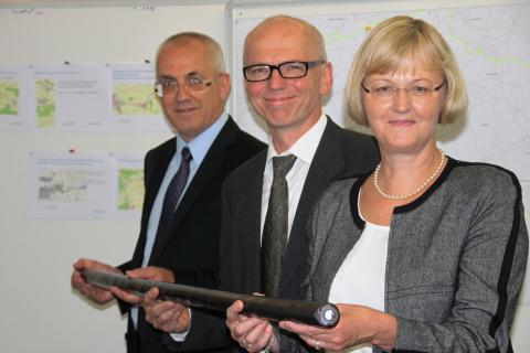 Ursula Jekelius, Günter Pöckl und Johann Blank stellten in Unterschleißheim die Baumaßnahmen des Bayernwerks vor.