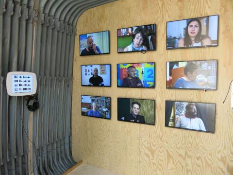 Videoinstallation mit Stimmen zu Solidarität im Bochumer Stadtraum zu sehen