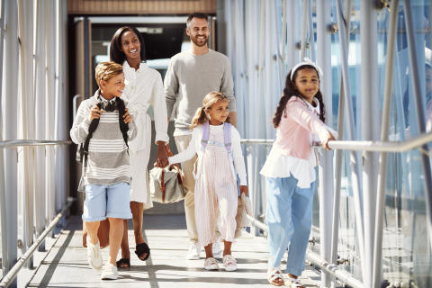 brand-family-holiday-kids-airport-boarding-01