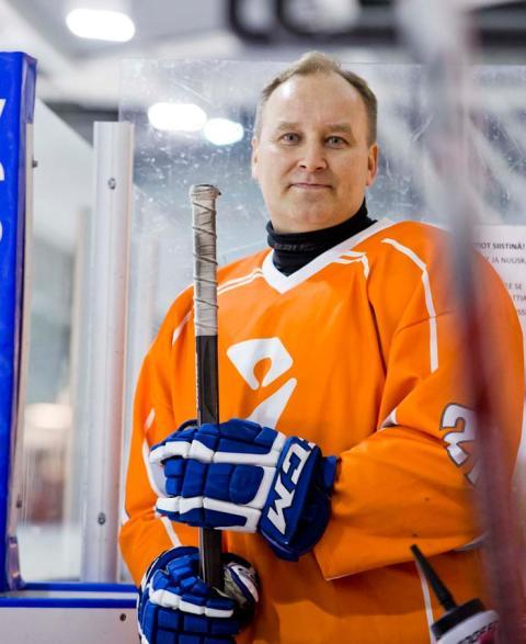 Mainio päivä vapaalla: Juha Luostarinen nauttii vapaa-ajallaan jääkiekosta