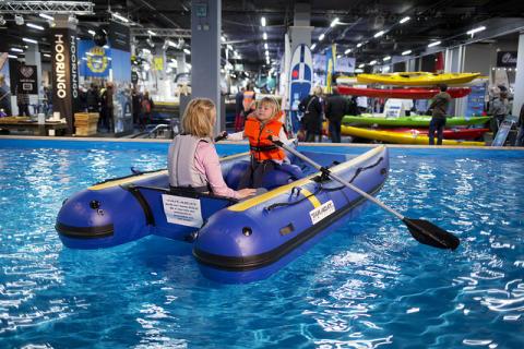 Prova-på poolen är populär på Båtmässan.