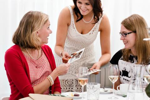 Suomalaiset muistavat juhlavieraitaan kiitoskortilla – kortti annetaan usein jo juhlan päätteeksi