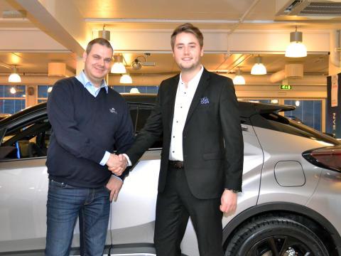Kun 30 i Norge fikk bestilt bilen, Fredrik er en av dem