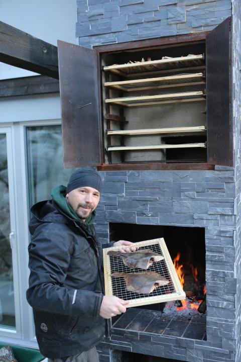 Björn bygger bo - Murad eldstad med rök 1
