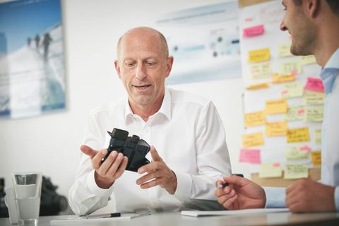 Jens Zeller, Geschäftsführer idem telematics, im Gespräch mit Kunden
