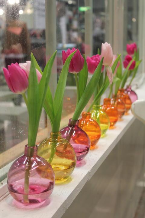 Tulpaner på rad i vackra vaser