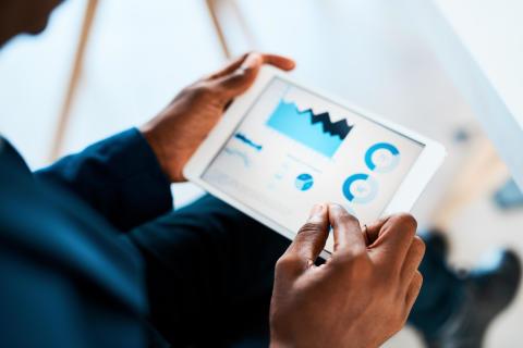 Zurich Pressebild_PaperLess Future_Mann mit Tablet