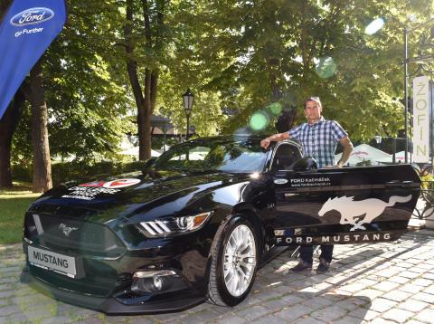 Přední český triatlonista Filip Ospalý u ředitelského vozu, který při závodě Ford Challenge Prague povede celé cyklistické pole.