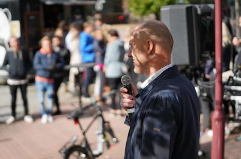 Sector Alarm firar 200 000 kunder utanför huvudkontoret i Göteborg