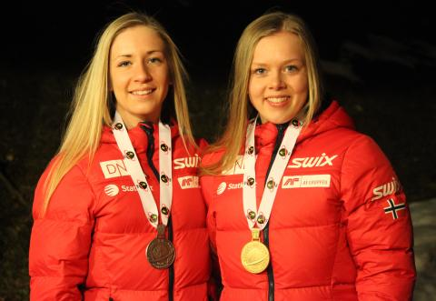 Emilie Kalkenberg og Karoline Erdal med medaljer, sprint kvinner ungdom, junior-VM