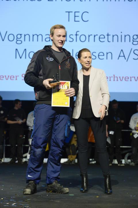 Lastvognsmekanikerelev Mathias Erforth Hinrichsen og statsminister Mette Frederiksen