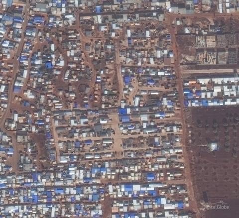 Satellitbilder visar förstörelsens omfattning i krigets Idlib:  Civila tvingas fly till överbefolkade platser, medan attackerade områden lämnas helt tomma
