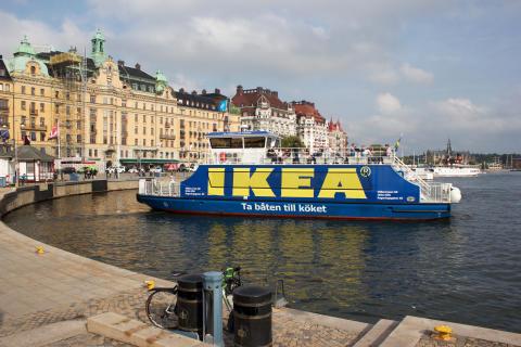 Eldrivna båten Sjövägen som trafikerar Nybrokajen-Frihamnen t/t.