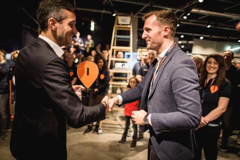 SportScheck Geschäftsführer Markus Rech gratuliert Filialleiter Jörg Schmitz zur gelungenen Neueröffnung.