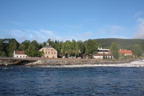 Det Norske Myntverket og Norsk Bergverksmuseum sett fra Lågen.