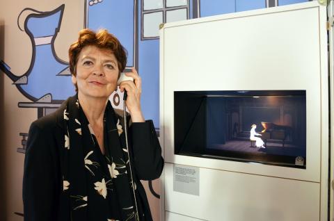 Kuratorin Beatrix Borchard demonstriert eine Klanginstallation in der Ausstellung