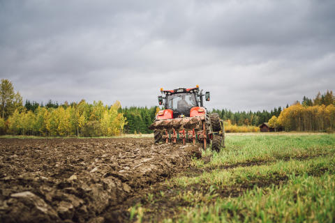 Biogödsel plöjs ner i jorden hos lantbrukare Jonas Halonen