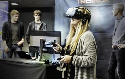 Dame-med-VR-briller-TRA-00030
