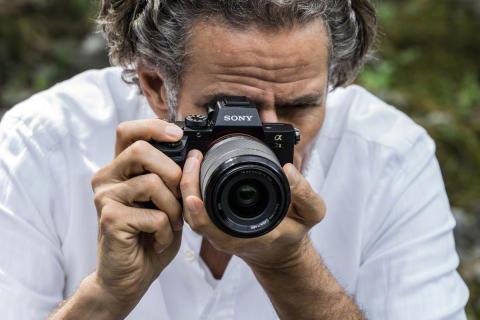 Sony aggiunge alla fotocamera Full Frame α7 II il formato RAW non compresso e la funzione AF a rilevamento di fase, per una messa a fuoco automatica più veloce e precisa