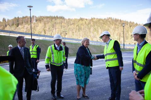 Vamma 12 - statsminister Erna Solberg hilser på prosjektleder Fridjar Molle