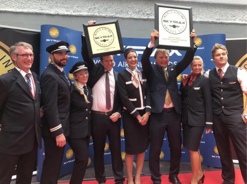 Norwegianin kaupallinen johtaja Thomas Ramdahl, hallituksen puheenjohtaja Bjørn Kise ja yhtiön työntekijöitä Pariisin, Oslon ja Lontoon tukikohdista ottivat SkyTrax-palkinnot vastaan 20.6.2017 Pariisin ilmailunäyttelyssä.