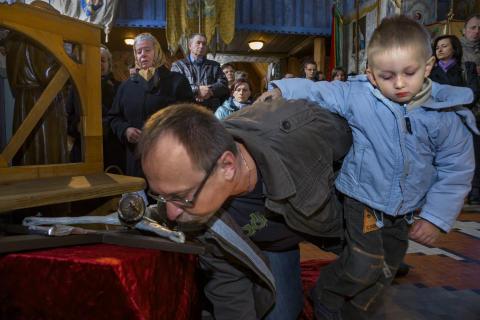 Paweł Łapka Puszkin całuje krzyż w czasie wielkoczwartkowej liturgii