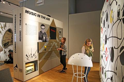 """Blick in die Ausstellung """"Oh Yeah! Popmusik in Deutschland"""" im Stadtgeschichtlichen Museum Leipzig"""