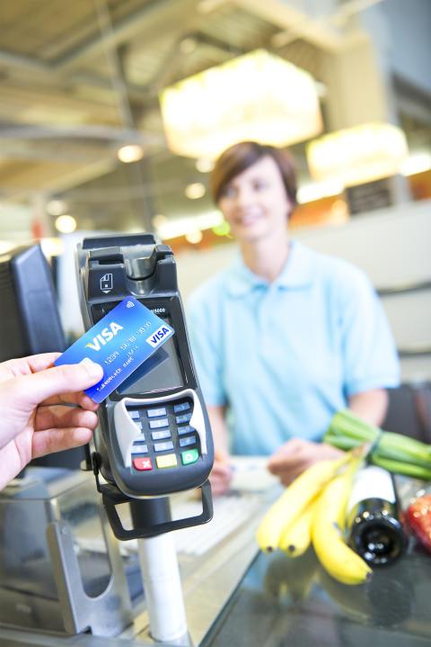 Kontaktloses Bezahlen mit Visa im Laden