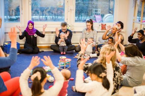 Svenska med baby hyllas på Järva