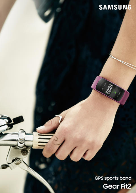 Gear Fit2_lifestyle 1